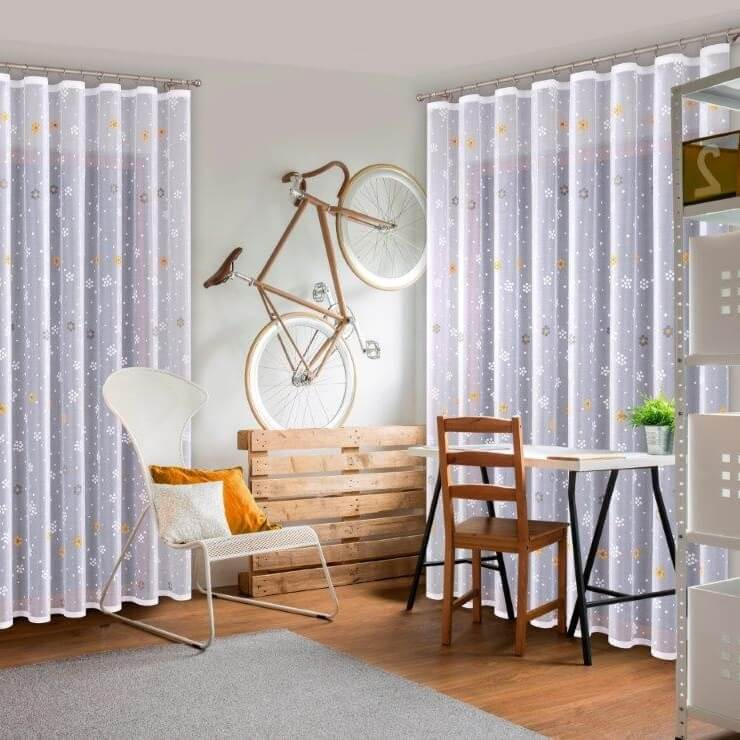 Milli, bílá záclona, malovaná